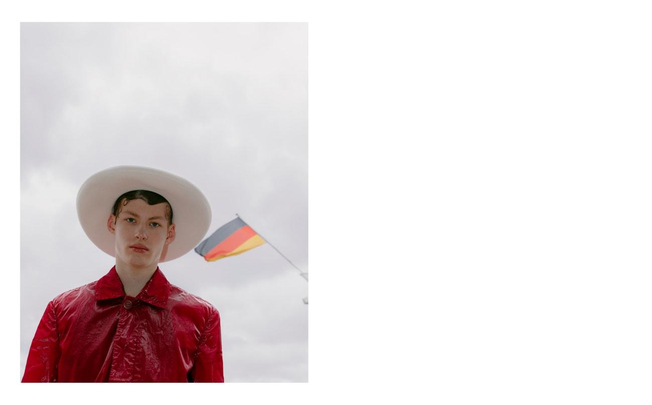 Kabát, Dries Van Noten; klobouk, Gucci.