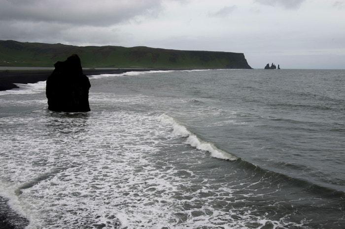 Vík, Island: Od druhé řady seriálu filmový štáb opakovaně vyrážel na Island, aby zachytil rozsáhlé zamrzlé pustiny, které leží severně od Zdi. Černé písečné pláže Vík se objevují v sedmé řadě jako Východní hlídka u moře, kde Divocí přijíždějí obchodovat s muži Noční hlídky. Autor: Wolfgang Kaehler/LightRocket via Getty Images