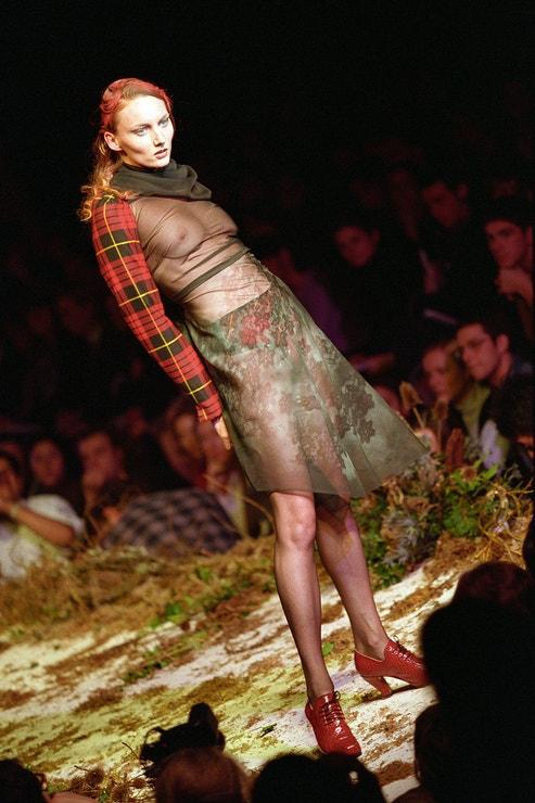 """Alexander McQueen, přehlídka """"Highland Rape"""", London Fashion Week, kolekce podzim/zima 1995"""
