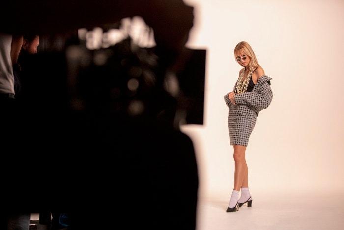 Angèle při focení kampaně Chanel Eyewear jaro–léto 2020        Autor: Chanel