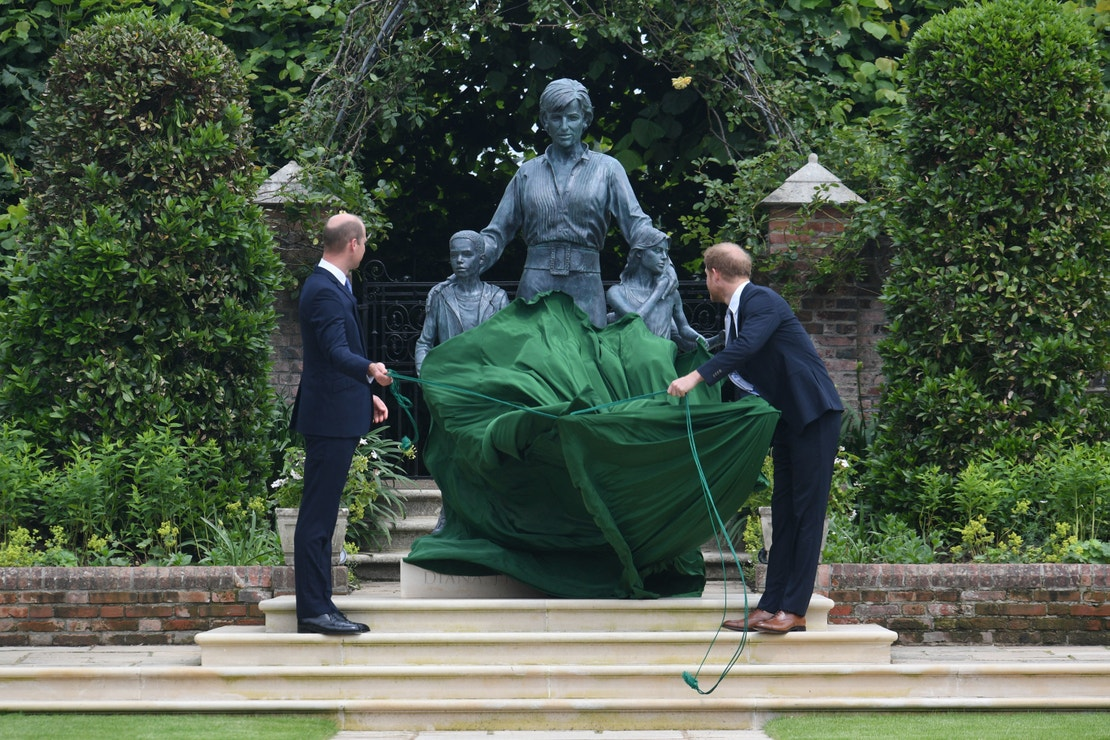 Princové William a Harry odhalili sochu své matky, princezny Diany k 60. výročí jejího narození.