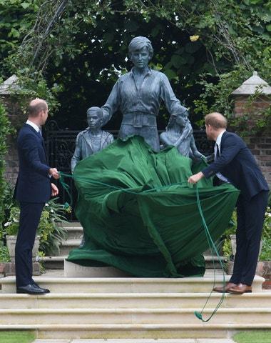 William a Harry odhalili sochu princezny Diany