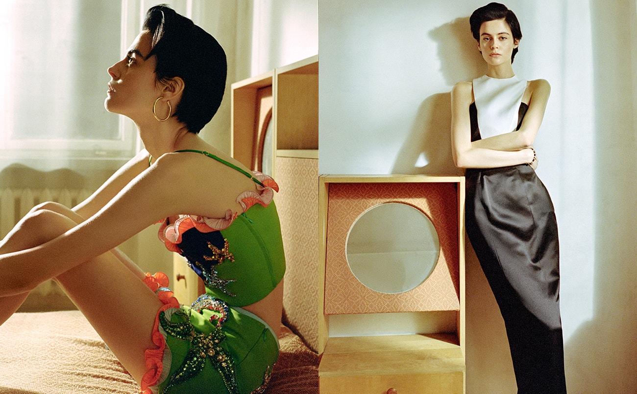 Vlevo: top, sukně, obojí Versace; náušnice, Maria Black.  Vpravo: top, sukně, obojí Esme Vie; náramek, Versace.