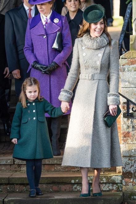 Kabát Catherine Walker, lodičky Emmy London a klobouk Sylvia Fletcher