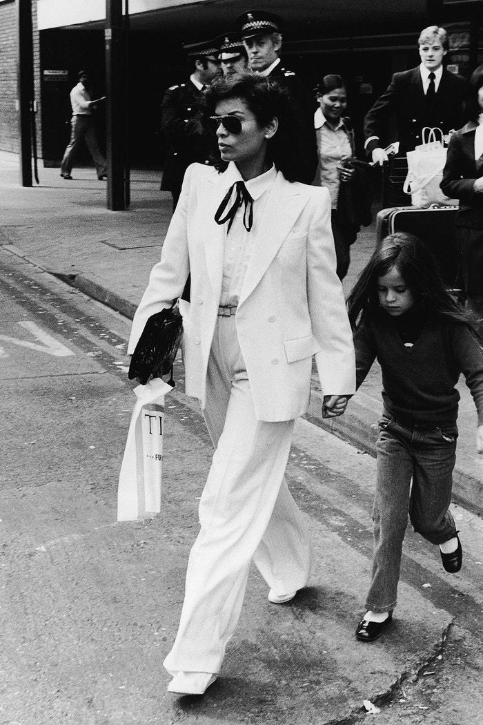 Bianca Jagger  S Warholem tvořila dvojici, která byla zásadní pro tehdejší večírky, ale jejich soužití mělo hořký konec, když v roce 1989 po Warholově smrti úspěšně žalovala vydavatele knihy The Andy Warhol Diaries pro pomluvu. Přestože spolu strávili řadu dlouhých nocí, nelíbilo se jí, že ji Warhol na několika místech označil za nepříliš inteligentní.Autor: Getty Images
