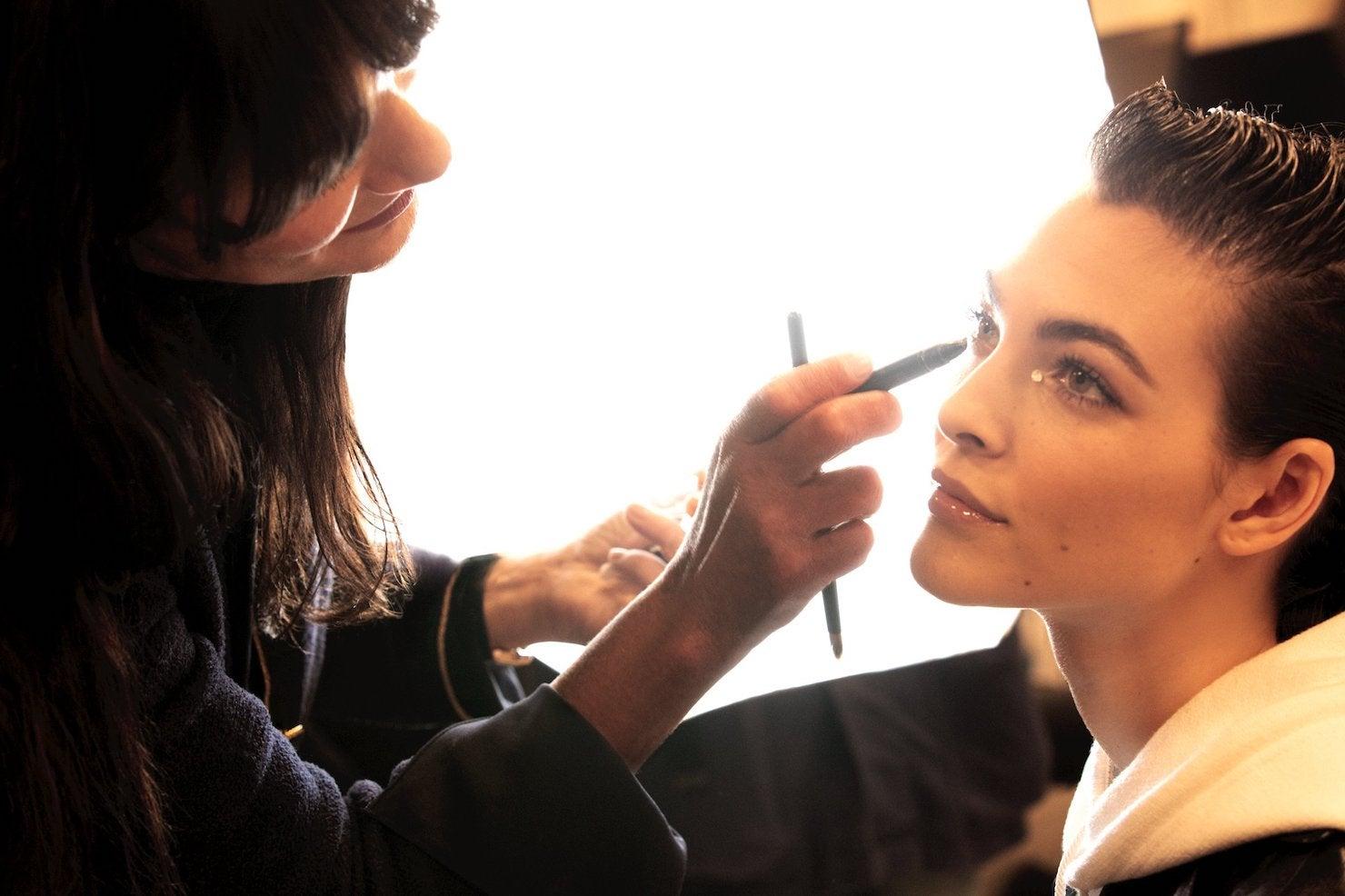 Lucia Pica a Vittoria Cerriti v zákulisí módní přehlídky Chanel Metiers d'Art 2020          Autor: Benoît Peverelli