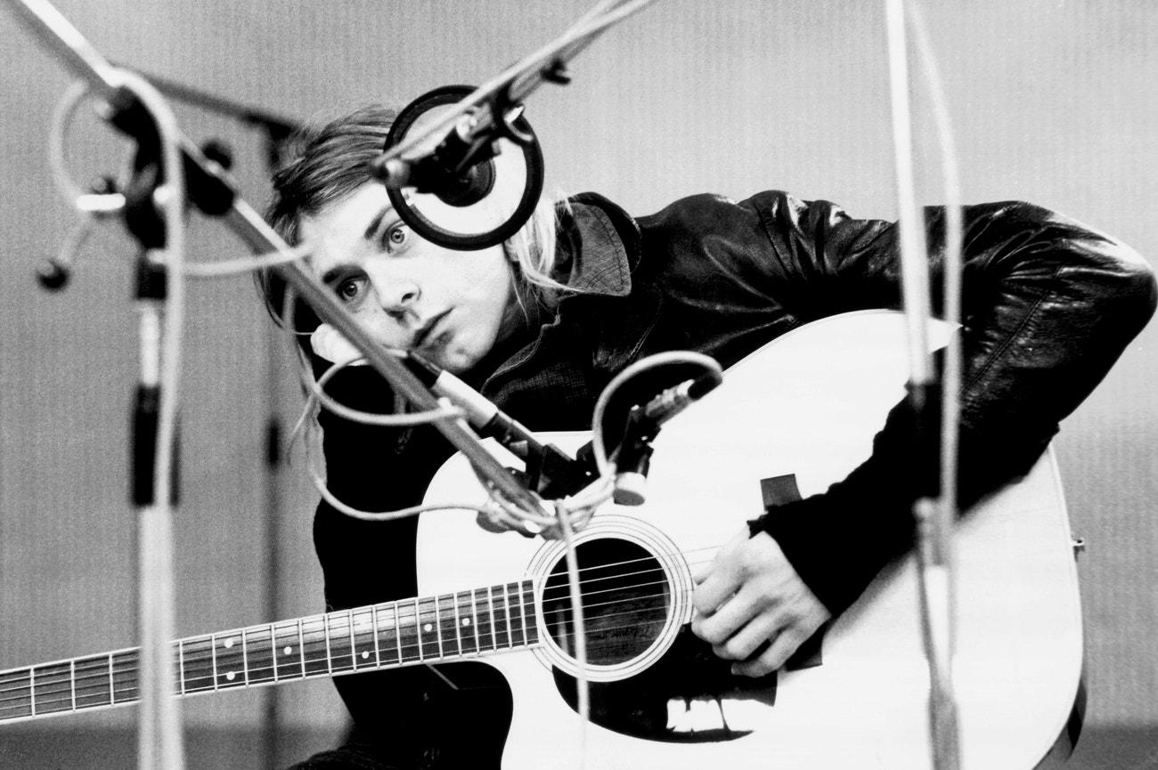 Kurt Cobain s akustickou kytarou v Hilversum Studios