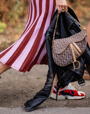 Zahoďte sandále. K letním šatům patří tenisky