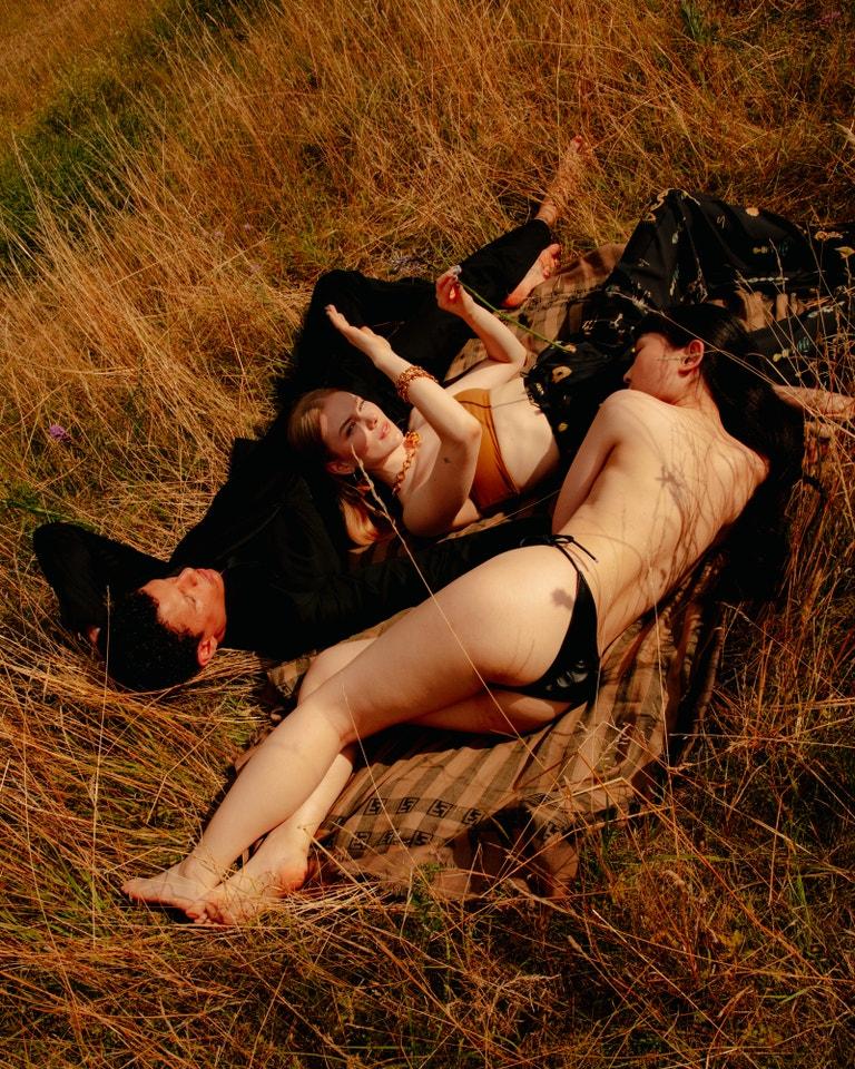 Annet X (zpěvačka); podprsenka, RUDI GERNREICH; kalhoty anáhrdelník, obojí SCHIAPARELLI; náušnice anáramky, vše MALAIKA RAISS; deka, FENDI.