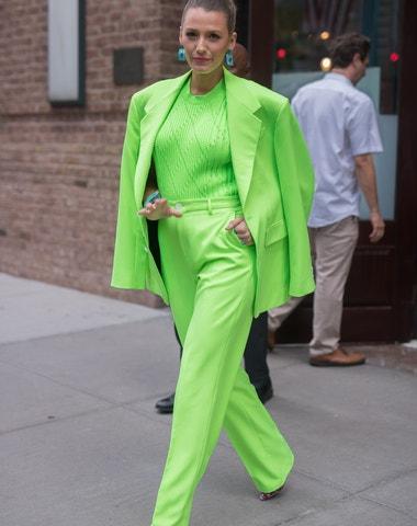 Má oblek v ženském šatníku stále své místo?