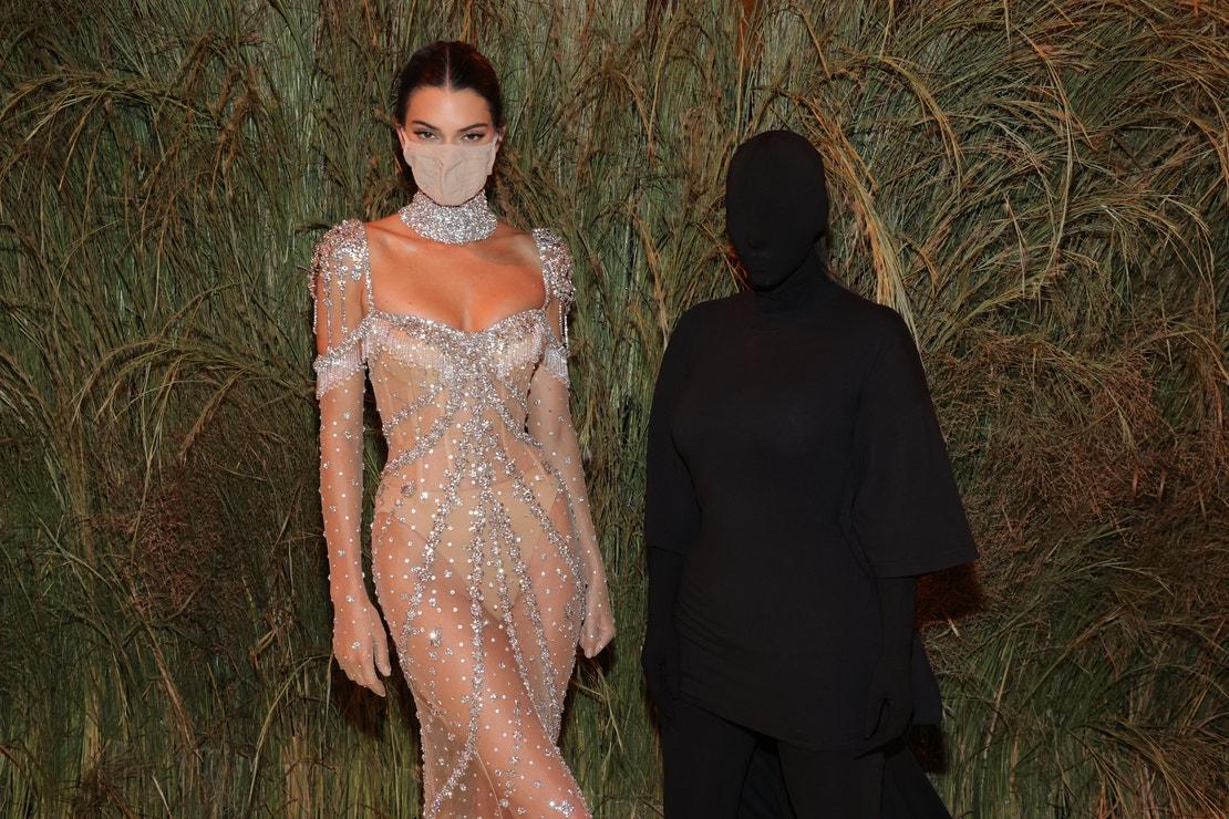 Kendall Jenner v šatech Givenchy a Kim Kardashian modelu Balenciaga