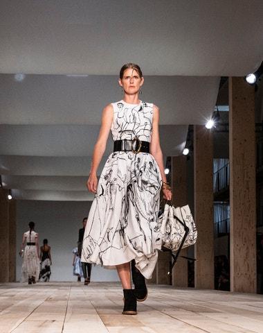 Šaty s neobvyklým příběhem z nové kolekce Alexandera McQueena