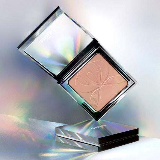 Vyhlazující kompaktní pudr Blur Expert, SISLEY, prodává Sephora, 2020 Kč
