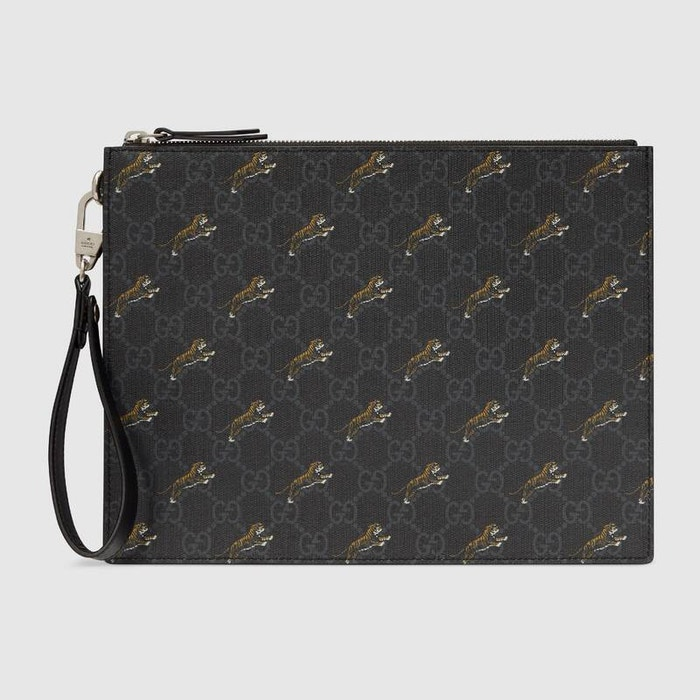 Psaníčko do ruky s logem a printem tygra, Gucci, prodává Gucci, € 690  Autor: Archiv firmy
