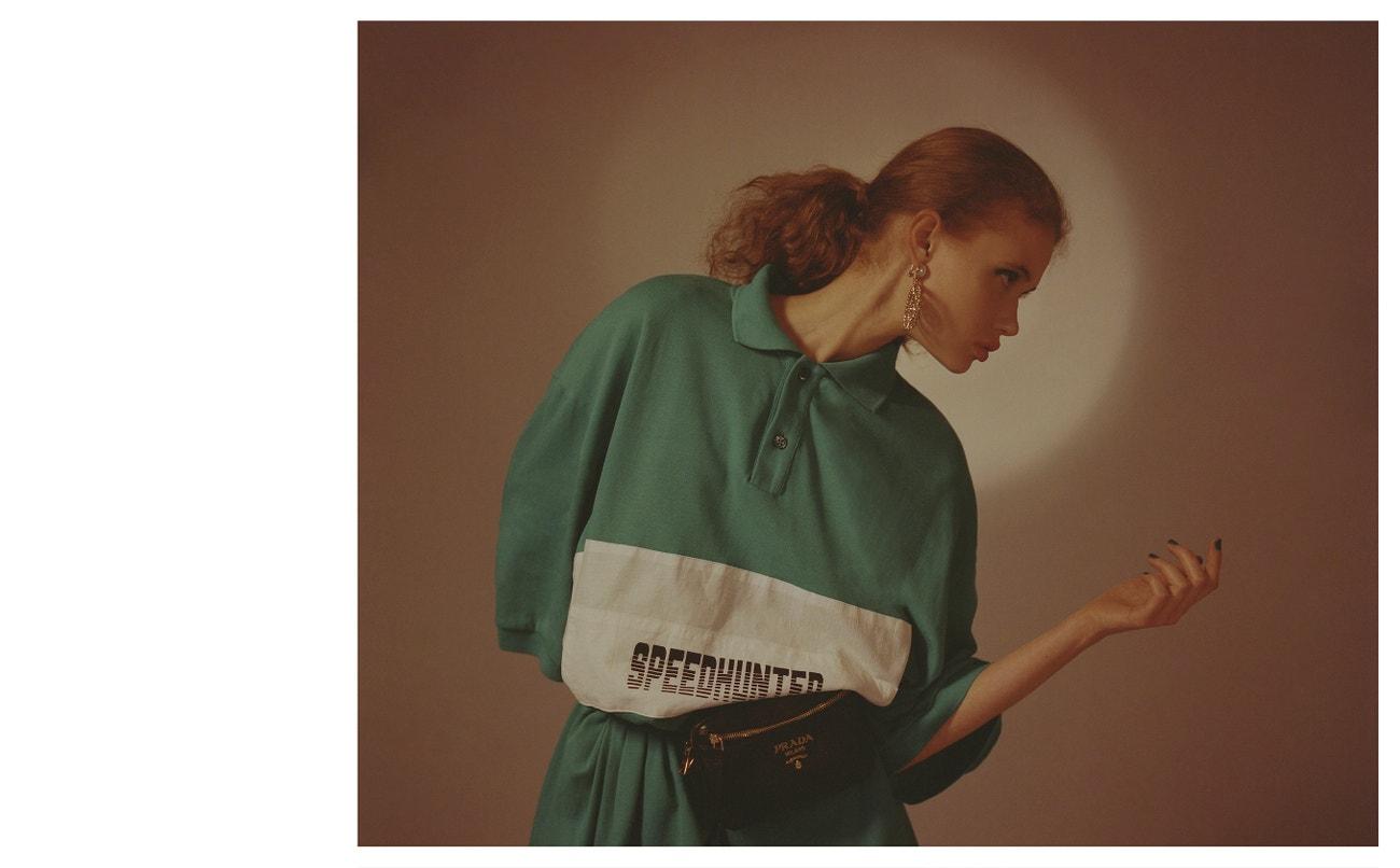 Náušnice, PEET DULLAERT; triko, BALENCIAGA (prodává The Brands); ledvinka, PRADA.