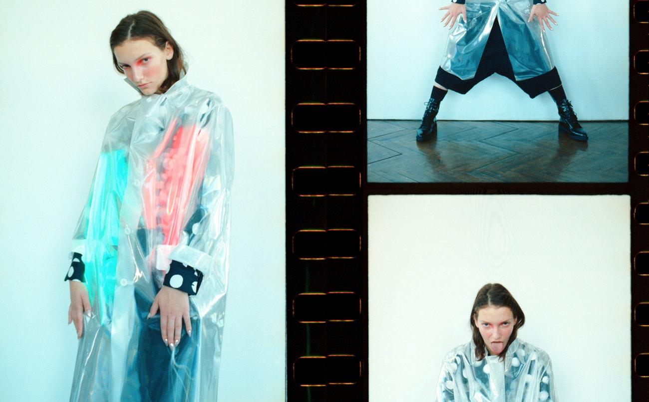 Nikol: kabát, MAISON MARGIELA (prodává Obsession); košile, kalhoty, obojí COMME DES GARÇONS (prodává Therapy); ponožky, PRADA; boty, SPORTMAX.