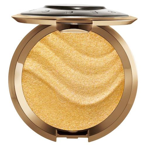 Rozjasňující pudr Shimmering Skin Perfector v odstínu Gold Lava, Becca (prodává Sephora), 990 Kč