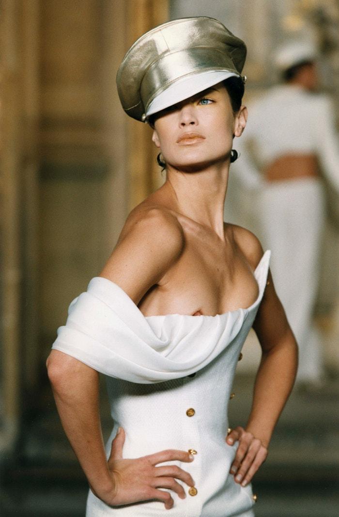 Carolyn Murphy na přehlídce Givenchy Haute Couture jaro - léto 1997, leden 1997       Autor: Pool ARNAL/PICOT/Gamma-Rapho via Getty Images