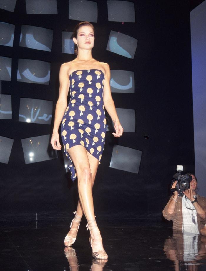 Carolyn Murphy na přehlídce Versus By Versace v New Yorku, říjen 1995        Autor: Rose Hartman/WireImage
