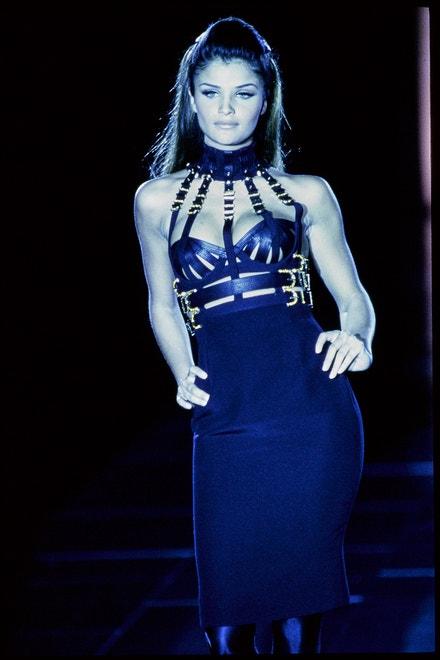Helena Christensen na přehlídce Versace v roce 1992